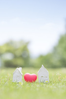 家の模型とハート 11004121039| 写真素材・ストックフォト・画像・イラスト素材|アマナイメージズ