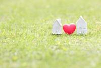 家の模型とハート 11004121040| 写真素材・ストックフォト・画像・イラスト素材|アマナイメージズ