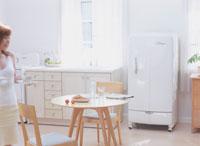 キッチンに立つ女性 11006000204| 写真素材・ストックフォト・画像・イラスト素材|アマナイメージズ