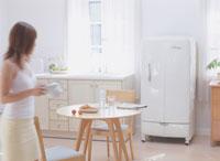 キッチンを歩く女性