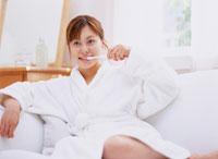 歯を磨く女性 11006000216| 写真素材・ストックフォト・画像・イラスト素材|アマナイメージズ