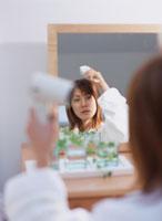 ドライヤーで髪を乾かす女性 11006000217| 写真素材・ストックフォト・画像・イラスト素材|アマナイメージズ