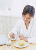 グレープフルーツを食べる女性 11006000225| 写真素材・ストックフォト・画像・イラスト素材|アマナイメージズ