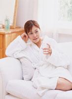 グラスを持つ女性 11006000232| 写真素材・ストックフォト・画像・イラスト素材|アマナイメージズ