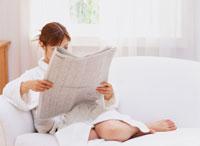 新聞を読む女性 11006000233| 写真素材・ストックフォト・画像・イラスト素材|アマナイメージズ