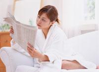 新聞を読む女性 11006000234| 写真素材・ストックフォト・画像・イラスト素材|アマナイメージズ