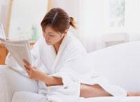 新聞を読む女性 11006000235| 写真素材・ストックフォト・画像・イラスト素材|アマナイメージズ