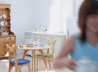 食事の準備をする女性 11006000260| 写真素材・ストックフォト・画像・イラスト素材|アマナイメージズ