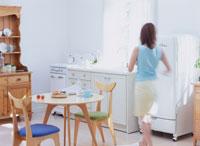 キッチンを歩く女性 11006000261| 写真素材・ストックフォト・画像・イラスト素材|アマナイメージズ