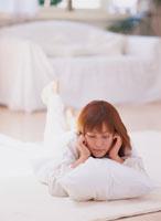うつ伏せに寝転ぶ女性