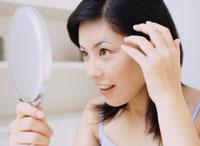 鏡を見る女性 11006000294| 写真素材・ストックフォト・画像・イラスト素材|アマナイメージズ