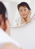 鏡を見る女性 11006000312| 写真素材・ストックフォト・画像・イラスト素材|アマナイメージズ