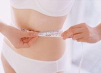 ウエストを測る女性 11006000323| 写真素材・ストックフォト・画像・イラスト素材|アマナイメージズ