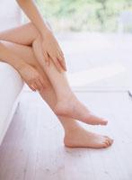 足を組む女性の足 11006000329| 写真素材・ストックフォト・画像・イラスト素材|アマナイメージズ