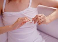 爪をやすりで磨く女性