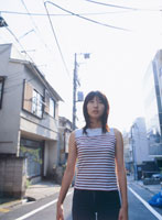 住宅街を歩く女の子