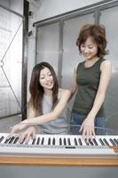 シンセサイザーを演奏する女性 11006000620| 写真素材・ストックフォト・画像・イラスト素材|アマナイメージズ