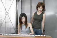 シンセサイザーを弾く女性 11006000650| 写真素材・ストックフォト・画像・イラスト素材|アマナイメージズ