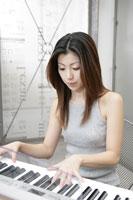 シンセサイザーを弾く女性 11006000653| 写真素材・ストックフォト・画像・イラスト素材|アマナイメージズ