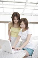 パソコンを操作する女性 11006000685| 写真素材・ストックフォト・画像・イラスト素材|アマナイメージズ