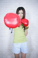 グローブを付けた女性 11006000761| 写真素材・ストックフォト・画像・イラスト素材|アマナイメージズ