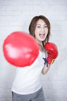 グローブを付けた女性 11006000763| 写真素材・ストックフォト・画像・イラスト素材|アマナイメージズ