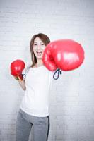 グローブを付けた女性 11006000765| 写真素材・ストックフォト・画像・イラスト素材|アマナイメージズ