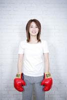 グローブを付けた女性 11006000766| 写真素材・ストックフォト・画像・イラスト素材|アマナイメージズ