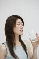 グラスを持つ女性 11006000866| 写真素材・ストックフォト・画像・イラスト素材|アマナイメージズ