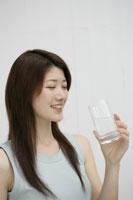グラスを持つ女性 11006000867| 写真素材・ストックフォト・画像・イラスト素材|アマナイメージズ
