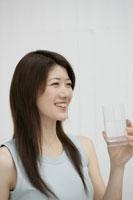 グラスを持つ女性 11006000868| 写真素材・ストックフォト・画像・イラスト素材|アマナイメージズ