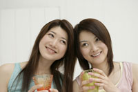 飲み物を持つ女性 11006000899| 写真素材・ストックフォト・画像・イラスト素材|アマナイメージズ