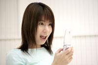 携帯電話を見る女性 11006001078| 写真素材・ストックフォト・画像・イラスト素材|アマナイメージズ