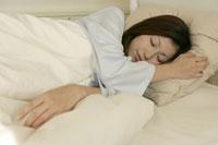 ベッドに横たわる女性 11006001149| 写真素材・ストックフォト・画像・イラスト素材|アマナイメージズ