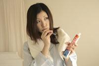 歯を磨く女性 11006001154| 写真素材・ストックフォト・画像・イラスト素材|アマナイメージズ