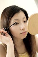 マスカラを塗る女性 11006001163| 写真素材・ストックフォト・画像・イラスト素材|アマナイメージズ