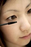 マスカラを塗る女性 11006001164| 写真素材・ストックフォト・画像・イラスト素材|アマナイメージズ