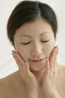 顔に手をあてる女性 11006001167| 写真素材・ストックフォト・画像・イラスト素材|アマナイメージズ