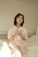 カップを持つ女性 11006001181| 写真素材・ストックフォト・画像・イラスト素材|アマナイメージズ
