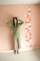頭に本を乗せる女性 11006001218| 写真素材・ストックフォト・画像・イラスト素材|アマナイメージズ