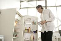 冷蔵庫を開ける男性