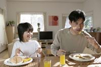 朝食を食べる親子