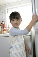 冷蔵庫を開ける女の子