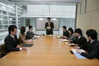 会議をする男女