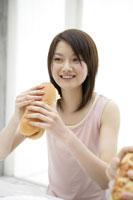 サンドイッチを持つ女性