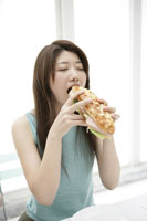 サンドイッチを食べる女性