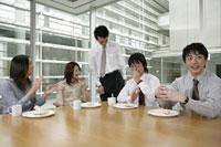 昼食を食べる男女