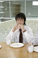 昼食を食べる男性