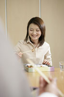 昼食を食べる女性