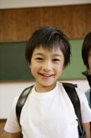 教室でランドセルを背負う男の子